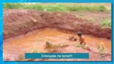 Crianças brincam em 'piscina de lama' dentro de buraco em Campo Grande - O flagrante foi gravado por um morador da região.