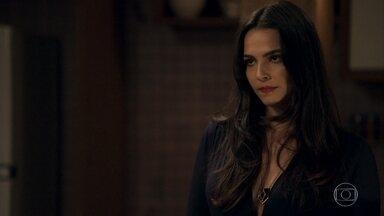 Gael estranha o modo como Aura se relaciona com Sophia - Aura pede que o namorado seja compreensivo com a mãe e ele desconfia