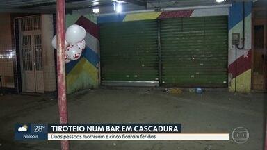 Tiroteio em bar deixa dois mortos e cinco feridos em Cascadura - Um grupo fazia churrasco, quando dois homens atiraram contra dois seguranças que estavam ao lado da banca de jornal. Houve troca de tiros.