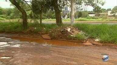 Rua cheia de buracos alaga com chuvas no bairro Marincek em Ribeirão Preto - Moradores dizem que a via vira um perigo para motoristas e pedestres.