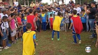 """""""GE na Praça"""" promove desafio do drible com crianças em Sete Lagoas; teve narração e tudo - """"GE na Praça"""" promove desafio do drible com crianças em Sete Lagoas; teve narração e tudo"""