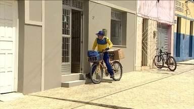 Carteiros são compartilhados em várias cidades brasileiras - Muitos brasileiros reclamam da demora na entrega de correspondências.