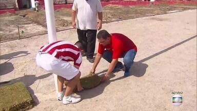 Náutico inicia plantio da grama dos Aflitos com presidente Edno Melo e torcedores - Neste sábado, as primeiras placas foram colocadas no piso do estádio alvirrubro