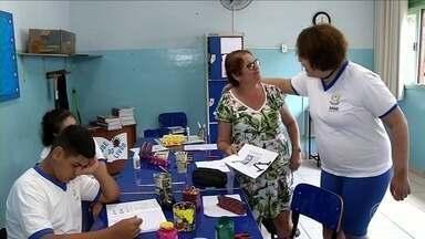 Falta de repasse de verbas públicas agrava crise financeira na Apae de Volta Redonda, RJ - Instituição teve que colocar a venda a van que faz o transporte dos alunos para pagar salários atrasados dos funcionários.