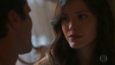 Vicente conforta Maria Vitória - Ele diz que ela não precisa ter medo e que precisam enfrentar tudo juntos