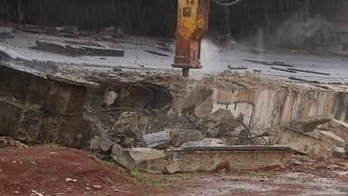 Bloco que desabou no Eixão começa a ser demolido - O bloco de concreto que caiu do viaduto do Eixão Sul começou a ser demolido. O trabalho deve durar 10 horas.
