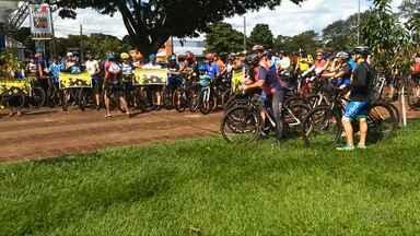 Ciclistas fazem protesto em Londrina - Eles pedem paz no trânsito, depois do atropelamento de um ciclista na cidade.