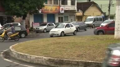 Motoristas reclamam de desrespeito a rotatória em bairro de Cachoeiro de Itapemirim, ES - O erro acontece em vários pontos da cidade.