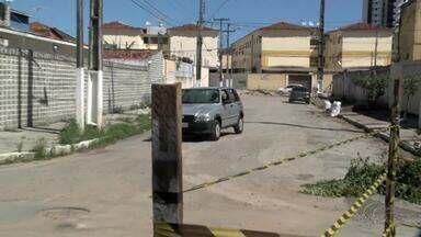 Trânsito volta a ser liberado em rua do Pinheiro onde se abriram rachaduras - Moradores temem que problema piore com o tráfego de veículos