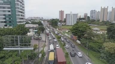 Obra em canteiro central causa bloqueio em parte da Av. Ephigênio Salles, em Manaus - Faixa esquerda do sentido Centro/bairro está interditada.