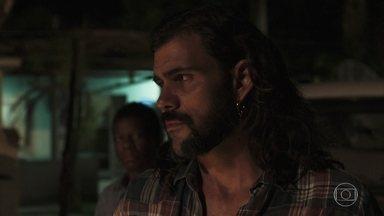 Mariano pensa em fugir com Lívia - O garimpeiro quer vender a esmeralda gigante para fugir com a amada
