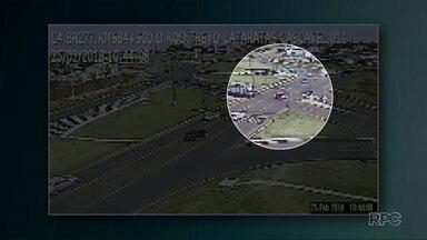 Motorista fura sinal vermelho e provoca acidente - Foi ontem pela manhã no trevo Cataratas