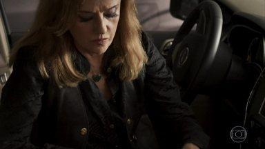 Sophia esconde uma tesoura e luvas cirúrgicas no carro - A dona das minas sai de casa depois de discutir Gael