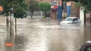 Criança desaparece após temporal em São Paulo - Testemunhas disseram que ela foi arrastada pela água de um córrego nesta segunda-feira. Confira a previsão do tempo para todo país nesta terça-feira (27).