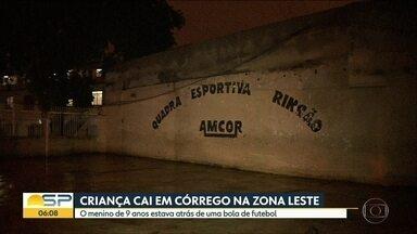 Bombeiros buscam criança em córrego da Zona Leste de São Paulo - Buscas foram interrompidas até a manhã de terça-feira.