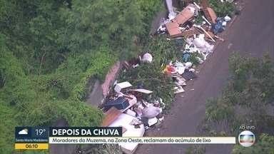 Moradores da Muzema reclamam de acúmulo de lixo - Lixo e entulho tomam conta das calçadas. Parte do material foi perdida na chuva da semana retrasada.