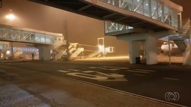 Por causa de mau tempo, aeroporto de Goiânia é fechado para pousos e decolagens - Segundo a Infraero, um voo para Belo Horizonte foi cancelados e outros quatro, para SP e PR, estão atrasados. Local tem forte neblina.