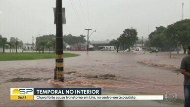 Cidades do interior de SP enfrentam problemas por causa da chuva forte - Em Campinas temporal provocou alagamentos e acidente de trâsnsito. Em Lins, na região de Bauru, o centro ficou debaixo d´água. Motoristas precisaram ser resgatados pelos bombeiros.
