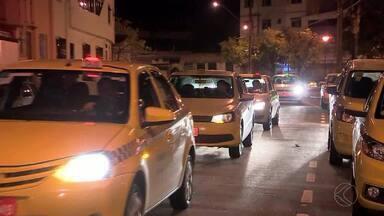 Taxistas manifestam em Juiz de Fora por projeto que regulamenta transporte de passageiros - Projeto de Lei é voltado para serviço prestado por carros particulares por meio de aplicativos. Manifestação percorreu ruas do Centro da cidade na noite de segunda-feira (26).