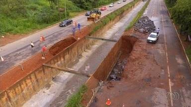 Motoristas precisam fazer desvio por causa dos 2 km de interdições na Marginal Botafogo - Chuvas da última semana provocaram desmoronamento na pista, em Goiânia.