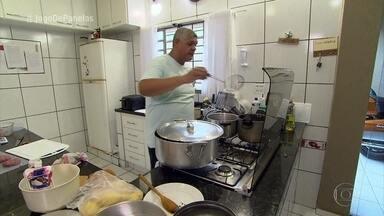 Norberto tem ingrediente sequestrado e recebe o elemento surpresa - Vidraceiro conta que teve dificuldade para encontrar amoras frescas e acabou não podendo usar a fruta em sua sobremesa. Norberto começa os preparativos para o seu jantar