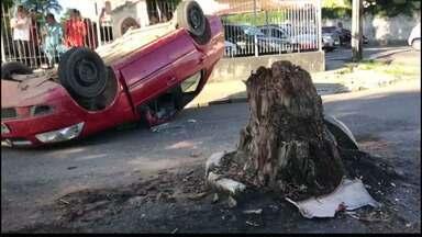 Carro bate em toco de árvore e capota, em João Pessoa - Três pessoas estavam dentro do carro.