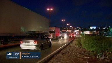Obras na BR-101 exigem paciência dos motoristas, no Grande Recife - Próximo ao Terminal da Macaxeira, motoristas relatam que trânsito piora ao longo do dia.