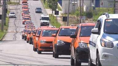 Taxistas fazem carreata em Curitiba e São José dos Pinhais - Eles pedem aprovação do projeto de lei que exige mais fiscalização dos serviços de aplicativos de carona.