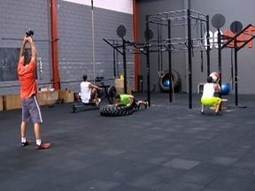 Educadores físicos usam a força para praticar exercícios - Foco do grupo nos treinos semanais está na determinação.