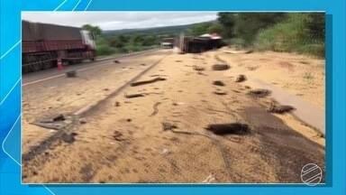 Acidente na BR-163, em Coxim, mata motorista - Acidente foi na manhã desta terça-feira (27), entre dois caminhões.