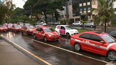 Taxistas fazem passeata para cobrar regulamentação do transporte por aplicativos - Um projeto de lei com regras mais duras para a fiscalização dos aplicativos será votado nesta terça-feira (27) em Brasília.