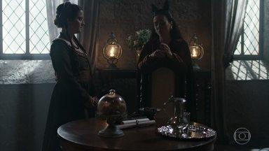 Lucrécia diz para Latrine que irá ajudar Catarina a achar um marido - A rainha diz que Catarina é azarenta