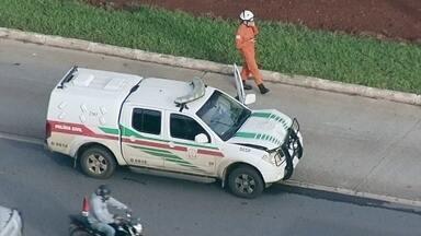 Bombeiro é ferido ao ser atingido por veículo da Polícia Civil na EPTG - Uma viatura da Polícia Civil atingiu uma moto dos bombeiros, na manhã desta quarta-feira (28), na EPTG. O agente que estava no motocicleta foi levado para o hospital com suspeita de traumatismo craniano.