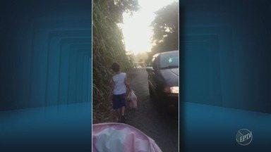 Pais e filhos correm risco em caminho para escola em Americana - A falta de calçadas na Avenida Maranhão, no Bairro Praia Azul, obriga os pais e alunos a andarem na rua no caminho para a escola.