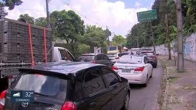 Motoristas reclamam de engarrafamentos por causa de obras na BR-101, no Recife - Ruas e avenidas de bairros adjascentes à BR também sofrem reflexos do engarrafamento