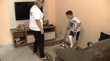 Família precisa de ajuda para pagar tratamento de menino com problema na perna - Ele já passou por inúmeras cirurgias e pais precisam de ajuda para pagar todas as despesas.