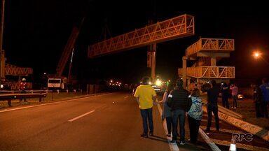 Instalação de passarela na BR-277 bloqueia rodovia - A interdição total da pista começou por volta da meia noite e durou uma hora. O trânsito foi desviado para as marginais e não houve congestionamento no local.