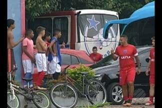 Jogadores do Paysandu curtem a boa fase na temporada - Elenco é tietado pelos torcedores durante treinamento no CT da Desportiva, mas garante o foco após sequência de três vitórias