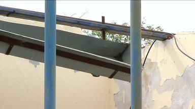 Paulinho da Escola mostra problema em colégio de Barra do Piraí destelhado por chuva - Temporal em 2017 arrancou parte da cobertura da Escola Municipal Jorge de Freitas Tinico, em Ipiabas. Problema dura até hoje e afeta cerca de 300 alunos.