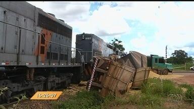 Anhanguera Notícias: Trem bate contra carreta e carga fica espalhada na pista em Ipameri - O caminhão estava carregado com soja. Por causa do acidente, a carga ficou espalhada na pista.