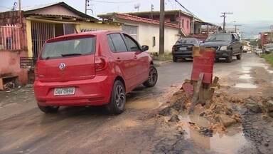 Moradores reclamam de buracos em rua do Japiim - Um caminhão ficou preso em um buraco.