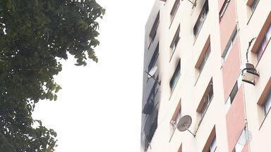 Incêndio em apartamento assusta moradores no bairro de Brotas, em Salvador - A parte atingida pelo fogo ficou parcialmente destruída. De acordo com os Bombeiros, ainda não há informação do que causou o problema.