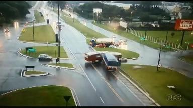 Doze pessoas ficam feridas em acidente perto de Cascavel - Um ônibus atravessou a BR-277 e foi atingido por um caminhão que estava na rodovia.