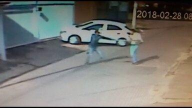Câmeras flagram dois homens assaltando e agredindo motorista em Samambaia - A vítima ima foi empurrada e ameaça com violência.