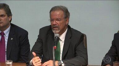 Ministro Raul Jungmann anuncia reforço de caixa e de policiais federais - Ministro Raul Jungmann anuncia reforço de caixa e de policiais federais. Ele disse que na área dele não haverá contingenciamento de recursos.