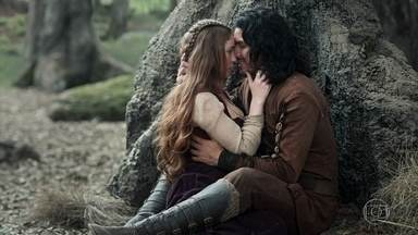 Amália perde perdão a Afonso - A feirante diz que finalmente se lembrou de tudo e os dois trocam declarações de amor