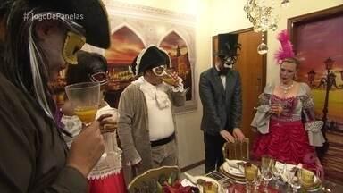 Jean recebe os convidados para o jantar 'Uma noite em a bela Veneza' - Cerimonialista serve uma salada de entrada e impressiona com a aparência do prato