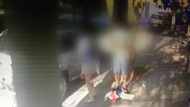 Vídeo mostra família com duas crianças sendo assaltada na Zona Norte de Porto Alegre - Imagens mostram que mulher consegue tirar filho de três anos do carro, calmamente. Ninguém ficou ferido.