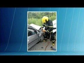 Cinco pessoas ficam feridas em acidente na BR-116 - Dois carros bateram de frente.