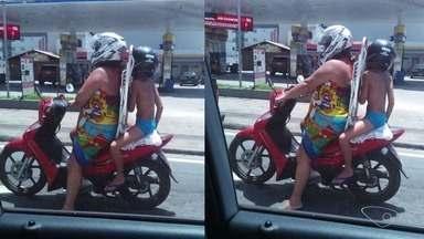 Mulher é flagrada carregando criança de forma irregular em moto no ES - Flagrante foi feito em Vila Velha e enviado pelo APP da TV Gazeta.